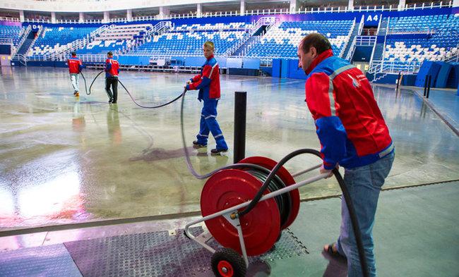 Заливка льда во дворе, на стадионах, в ледовых комплексах.